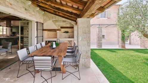 outdoor-seating-area-farmhouse-limestone-wall-cladding-column