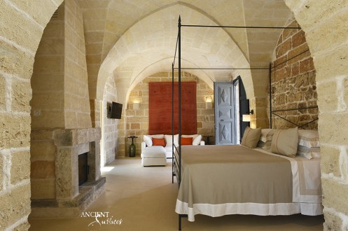 bedroom-room-with-limestone-wall-cladding