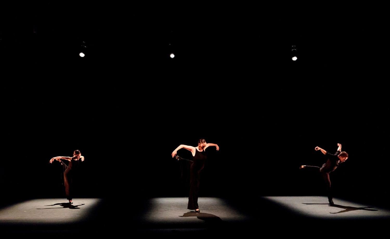 El circo, la danza y el teatro volverán a tomar mañana las calles y plazas de Niebla dos días antes de que el Castillo acoja la última representación de la 34 edición del Festival de Teatro y Danza. A partir de las 21.00 horas las plazas del municipio vuelven a ser escenario del programa de Atrévete!, que este año alcanza su tercera edición con la misma excelente acogida que las anteriores. Este programa pretende buscar nuevos espacios de exhibición, nuevos públicos y nuevos lenguajes, a tiempo que fidelizar al público que acude con asiduidad al Festival de Niebla. La segunda sesión de Atrévete! -la primera se celebró el 12 julio como preámbulo de la programación oficial del Festival- comenzará en la plaza Santa María a las 21.00 horas con la propuesta de Circo contemporáneo 'Sinergia 3.0', de la compañía Nueveuno. Un espectáculo