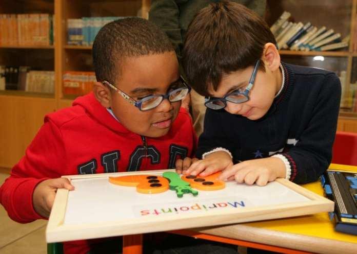 Dos-alumnos-ciegos-aprenden-con-braitico