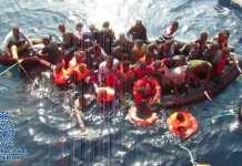 """Agentes de la Policía Nacional han detenido en Almería a S.M de 24 años de edad, como responsable de la introducción en España de 36 inmigrantes de origen subsahariano en patera, y presunto autor de 20 homicidios imprudentes. Patroneó la embarcación desde la costa de Marruecos hasta el lugar donde fueron rescatados en alta mar, a 56 millas náuticas al sur de Almería, en las coordenadas 35º 51,6'N /002º37,7'W, cobrando a cada viajero 1500 euros por realizar el trayecto. Durante el viaje, 20 personas cayeron al mar y fallecieron. El pasado día 12 de octubre se produjo la interceptación en la costa de Almería de una embarcación neumática sin ningún tipo de matrícula, en muy mal estado de conservación, que medía cinco metros de eslora y dos de manga, propulsada únicamente por un motor de 15 CV. En el bote viajaban 36 inmigrantes de origen subsahariano y tres cadáveres. Una vez a salvo, y tras recibir la asistencia necesaria, por parte los agentes adscritos a la U.C.R.I.F. de Almería, se inició una investigación tendente a la identificación de los responsables de la embarcación que, en la mayoría de los casos, son miembros de redes organizadas que hacen de la introducción ilegal de inmigrantes por el mar Mediterráneo su """"modus vivendi"""". Las investigaciones realizadas, así como las entrevistas efectuadas a los integrantes de la patera, permitieron a los agentes identificar al ahora arrestado como el organizador del viaje. Tras recibir el pago del trayecto, fue el único encargado de los sistemas de orientación y navegación de la embarcación. 20 personas desaparecidas y recuperados tres cadáveres Asimismo, se pudo determinar que la patera había salido desde la costa de Nador. Durante la travesía, la embarcación se pinchó y el motor se detuvo por avería, yendo a la deriva. Fue el detenido quien ordenó a todos los ocupantes que se agarraran a las cuerdas del bote mientras realizaba una llamada de auxilio a Salvamento Marítimo. Ello no pudo evitar que 20 personas se ahogaran, """