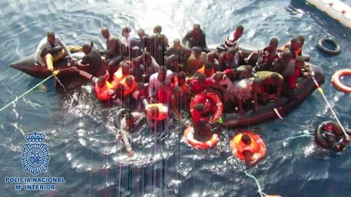 Agentes de la Policía Nacional han detenido en Almería a S.M de 24 años de edad, como responsable de la introducción en España de 36 inmigrantes de origen subsahariano en patera, y presunto autor de 20 homicidios imprudentes. Patroneó la embarcación desde la costa de Marruecos hasta el lugar donde fueron rescatados en alta mar, a 56 millas náuticas al sur de Almería, en las coordenadas 35º 51,6'N /002º37,7'W, cobrando a cada viajero 1500 euros por realizar el trayecto. Durante el viaje, 20 personas cayeron al mar y fallecieron. El pasado día 12 de octubre se produjo la interceptación en la costa de Almería de una embarcación neumática sin ningún tipo de matrícula, en muy mal estado de conservación, que medía cinco metros de eslora y dos de manga, propulsada únicamente por un motor de 15 CV. En el bote viajaban 36 inmigrantes de origen subsahariano y tres cadáveres. Una vez a salvo, y tras recibir la asistencia necesaria, por parte los agentes adscritos a la U.C.R.I.F. de Almería, se inició una investigación tendente a la identificación de los responsables de la embarcación que, en la mayoría de los casos, son miembros de redes organizadas que hacen de la introducción ilegal de inmigrantes por el mar Mediterráneo su