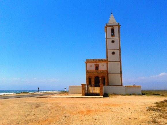Cosa vedere nel Parco Cabo de Gata - Níjar - La chiesa de la Almadraba o de Las Salinas, tra le saline e la spiaggia di Cabo de Gata.