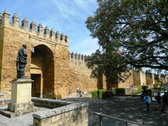 La statua di Seneca vigilando la porta di Almodóvar a Cordoba.