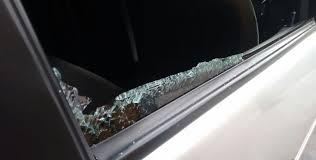 2 Rompieron los vidrios de la ventana del coche