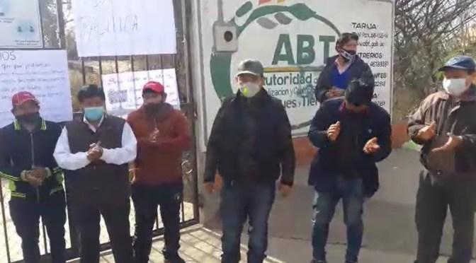 Carpinteros se suman a movilización en oficinas de la ABT en Tarija
