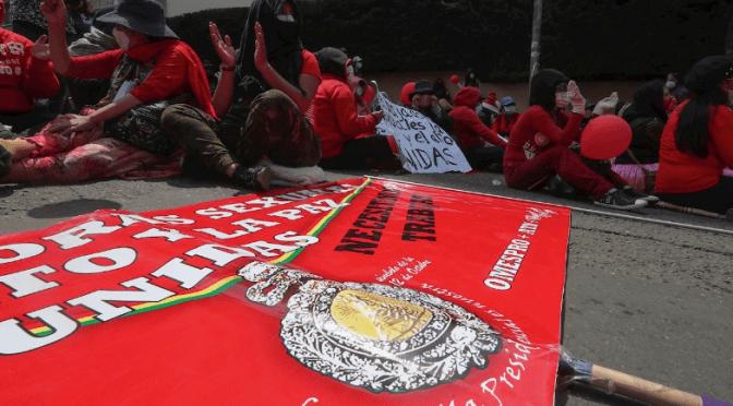 Con la imagen de la medalla presidencial trabajadoras sexuales de La Paz marchan para exigir trabajo