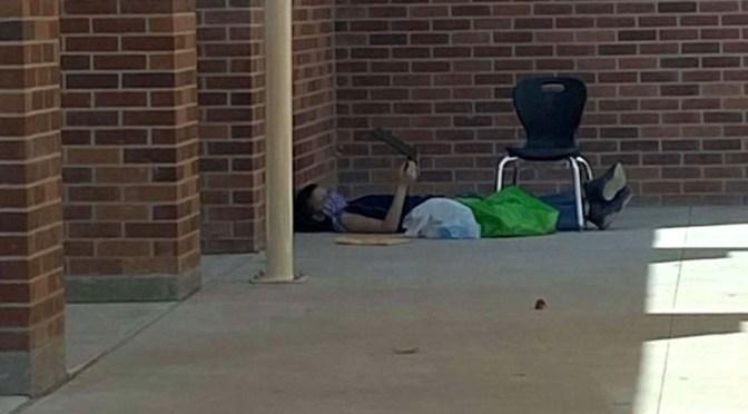 Un niño de 9 años se sienta todo el día frente a su escuela para conectarse a Internet y atender a las clases virtuales