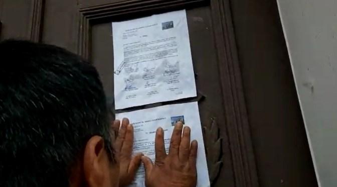 Presidente del barrio La Pampa pega una carta en la puerta de la Fedjuve para pedir congreso