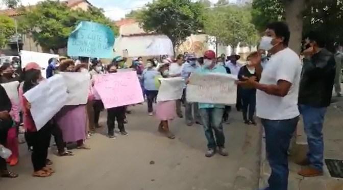 Padres de familia en Uriondo marchan y exigen al alcalde Ruiz entregar los recursos del desayuno escolar a los estudiantes, en alimento o en un bono