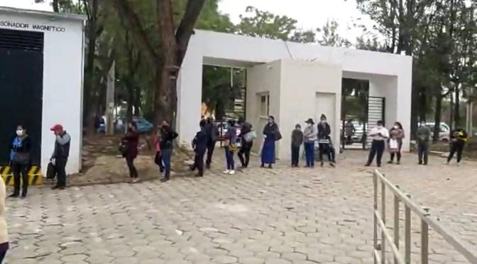 Largas filas en hospitales para acceder a una atención médica