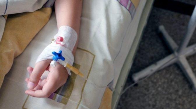 Un adolescente de 12 años es agredido a patadas por recoger botellas de plástico
