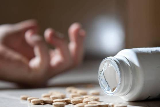 Un hombre de 33 años intenta matarse, tomó 40 pastillas de ibuprofeno