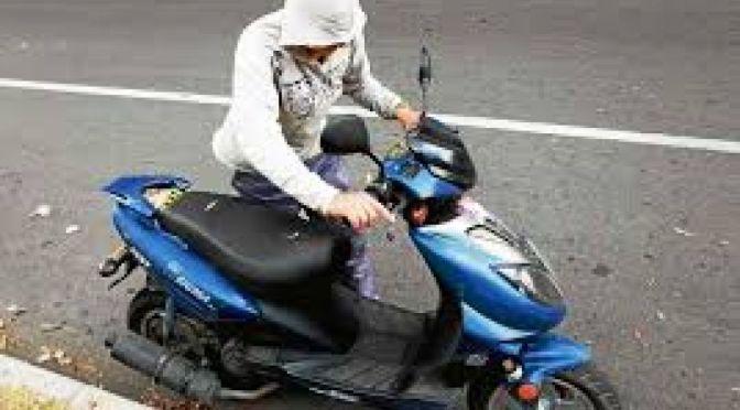 Roban motos cargándolas en camionetas, una mujer atrapó a un ladrón