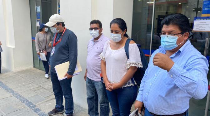 Padres de familia piden al Banco Unión agilizar trámite para el pago del bono estudiantil