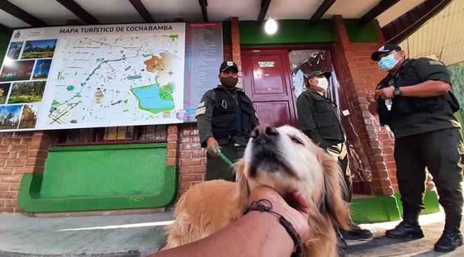 Policías adoptan a un can sordo y ciego en Cochabamba