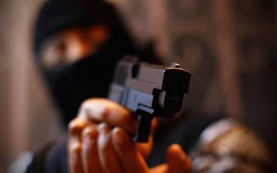 Un sujeto armado con una pistola atraca a un joven que llegaba a su domicilio