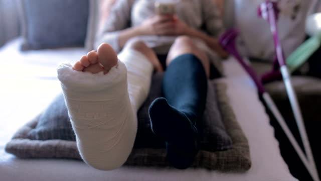 En una colisión de una moto contra una vagoneta, una mujer sufre una fractura grave