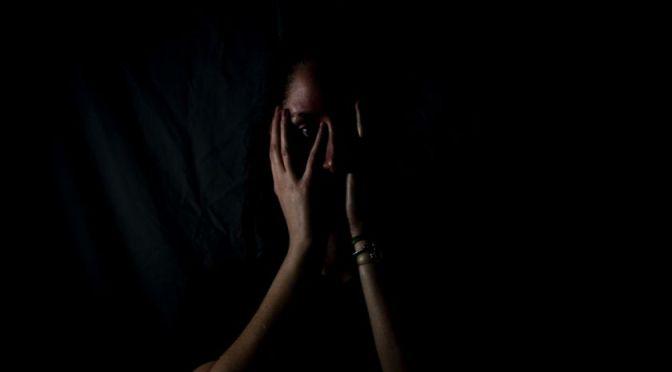 Santa Cruz: Un hombre le arranca a su pareja parte de la oreja porque se negó a mostrarle su celular