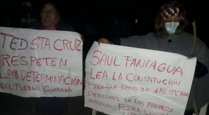 Ayoreos y guaraníes bloquean rutas cruceñas para exigir el cambio de sus asambleístas departamentales