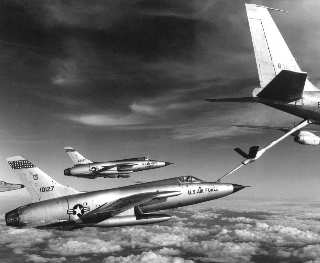 f-105_thunderchiefs_refuel