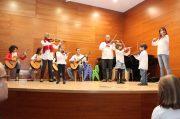 Concierto de Navidad 2016 - El grupo de violines al completo acompañados por parte de la orquesta joven de guitarras.