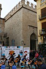 Frente a la Lonja de Valencia