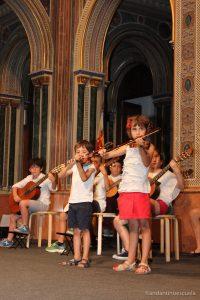 Jóvenes violinistas en el escenario