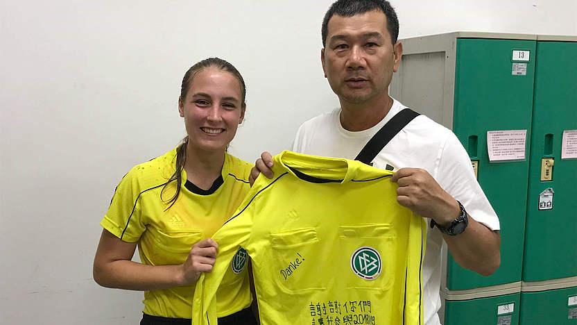 Tolle Geste: Ein DFB-Trikot für den taiwanesischen Schiedsrichter-Ansetzer. [Foto: privat] Katharina Gerhard(葛凱玲)將一件寫有中文和德文感謝字句的德國足總球證制服贈送給中華足協的球證。葛凱玲本來是女子德乙球證,因為當交流生而到了台灣,並曾在台灣男、女子最高級的足球聯賽中執法。