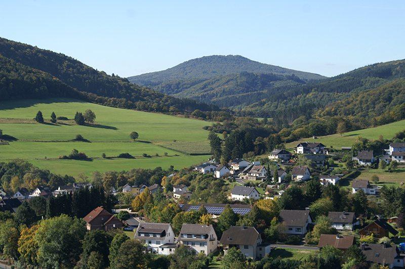 Blick auf Schuld, Aremberg und das grüne Tal (Foto: Hans-Joachim Schneider)