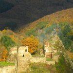 Hier steht ein Foto mit dem Titel: Magisch auch das Licht, in das der Novemberhimmel Burg Are taucht (Foto: H.-J. Schneider)