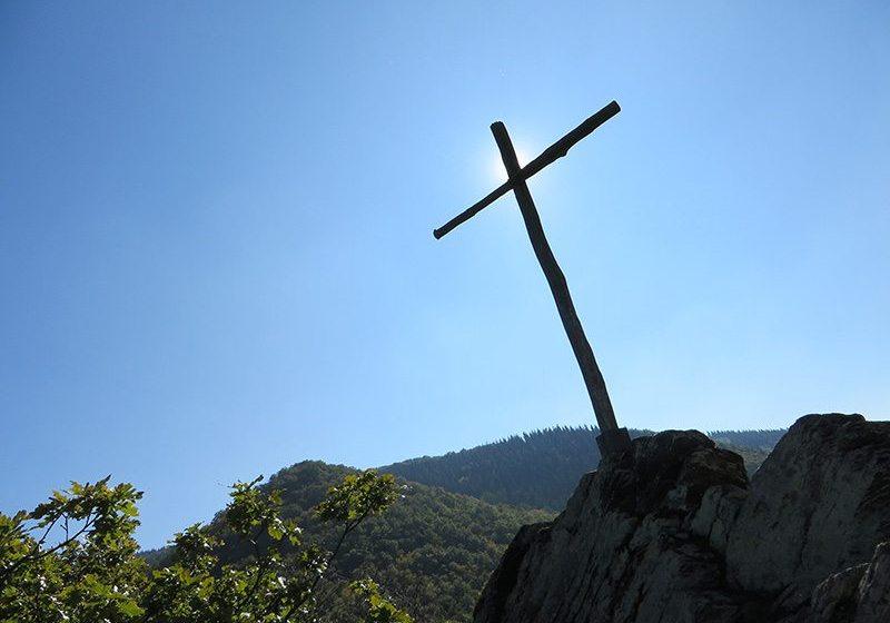 Blauer Himmel; Sonne, ein kümmerliches Holzkreuz auf einem Gipfel: Unbarmherzig brennt die Sonne auf das karges Holzkreuz, das unseren dritten Gipfel markiert (Foto: Hans-Joachim Schneider)