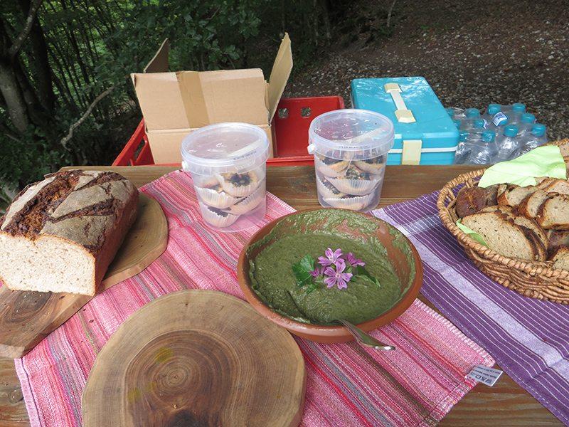 Hier steht ein Bild mit dem Titel: Frugales Mahl: Brennesseldipp und selbstgebackenes Brot (Foto: Hans-Joachim Schneider)