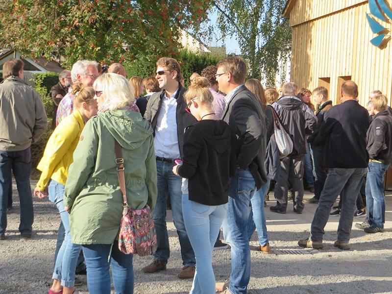 Hängebrücke Geierlay: Kurz bevor es losgeht: Besucher sonnen sich vor dem Besucherzentrum(Foto: Hans-Joachim Schneider)