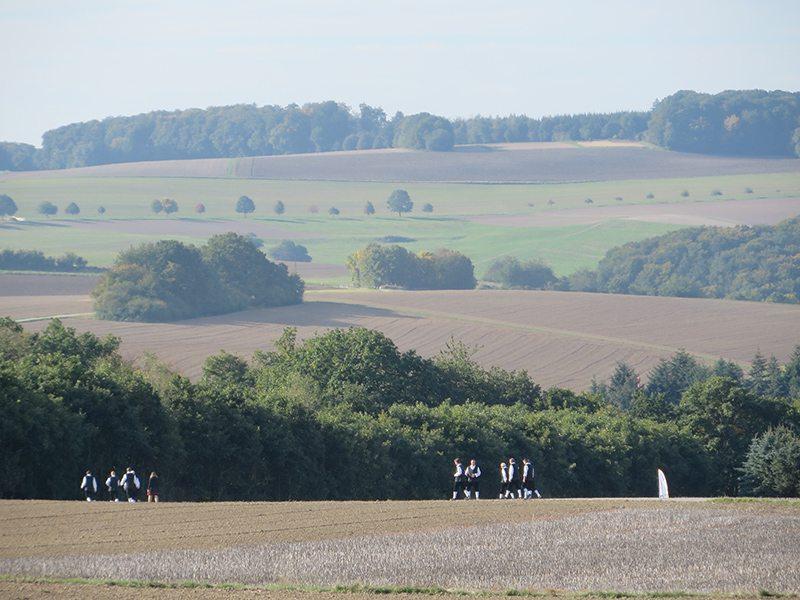 Blick über die Felder: Das örtliche Musikkorps auf dem Weg zum Brückenkopf (Foto: Hans-Joachim Schneider)