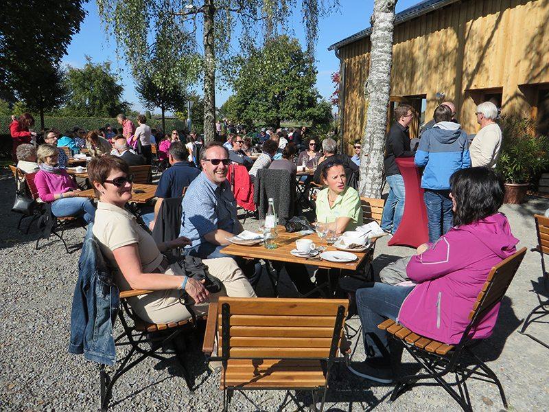 Lächelnde Touristik-Vertreter, die nach dem Erfolgserlebnis noch einen entspannten Kaffee im Besucherzentrum genießen (Foto: Hans-Joachim Schneider)