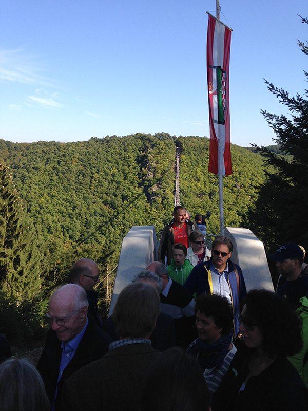 Am gegenüberliegenden (Sosberger) Brückenkopf kommt es zu einem kleinen Stau. Will denn keiner weiter bis Sosberg laufen? (Foto; Britta Verhaag)