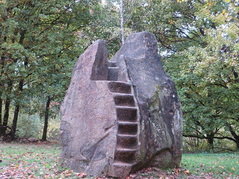 Hier steht ein Bild mit dem Titel: Skulpturenweg am Bostalsee: Königsstuhl von Bosen – nicht der von Rhens (Foto: Hans-Joachim Schneider)