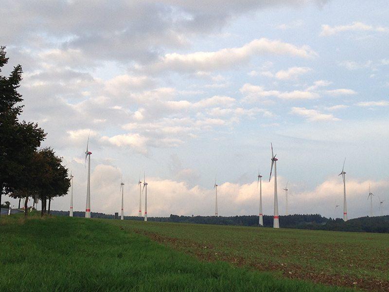 Hier steht ein Foto mit dem Titel: Wo ist hier noch Platz für den Menschen. Windräder zwischen Kappel und Wüschheim (Foto: Hans-Joachim Schneider)