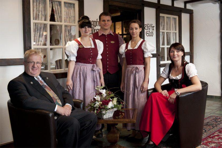 Hier steht ein Bild mit dem Titel: Das ist er, der Herr Weingärtner, inmitten seines Teams (da fehlen natürlich noch einige) (Copyright Victor's Residenz-Hotels)