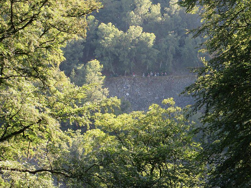 Beim Aufstieg zur Kirschweiler Festung fällt der Blick zurück auf die Rosselhalden am Gegenhang (Foto: Hans-Joachim Schneider)