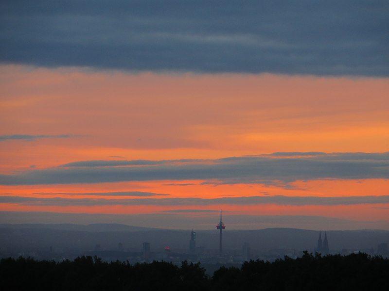 Und plötzlich scheint es, als stehe der HImmel in Flammen (Foto: Hans-Joachim Schneider)