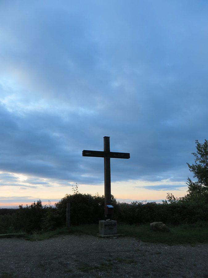 Das Gipfelkreuz, wie es sich dem Frühaufsteher präsentiert