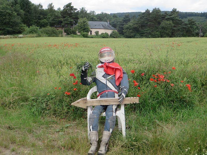 Hoppla, kein vergessener Motorradfahrer, nur eine Einladung, das Motocross-Gelände in Etrringen zu besuchen (Foto: Hans-Joachim Schneider)