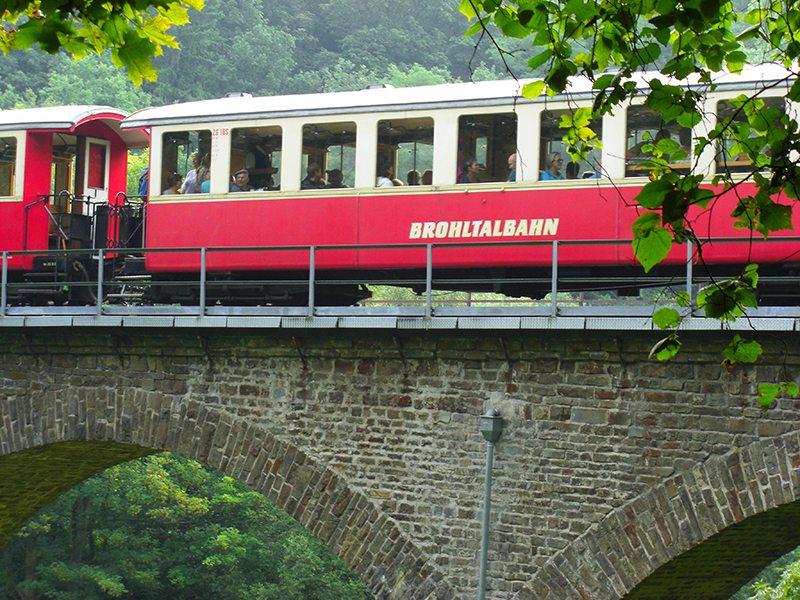 Die Brohltalbahn hat hier in Tönisstein am Jägerheim einen Haltepunkt (Foto: Hans-Joachim Schneider)
