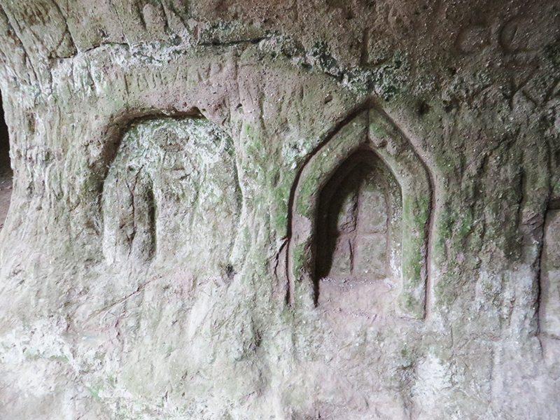 Im weichen Trass haben sich viele verewigt – zu sehen auf dem Traumpfad Höhlen- und Schluchtensteig