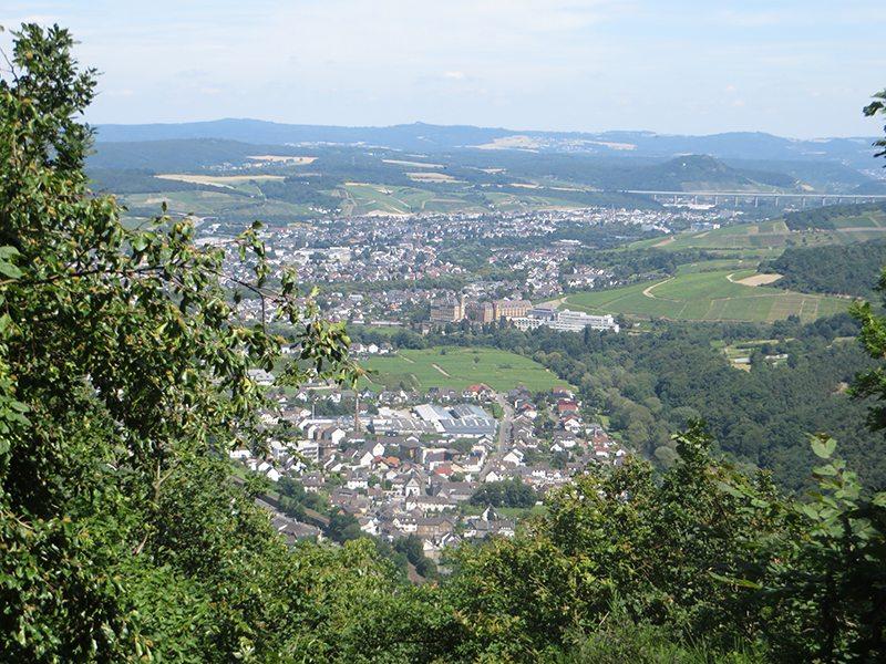 Vom Aussichtspunkt Kreisstadtblick fällt der Blick ins Tal, Ahrweiler liegt direkt am Fuße des Berges, dahinter Bad Neuenahr und die Autobahnbrücke der A61