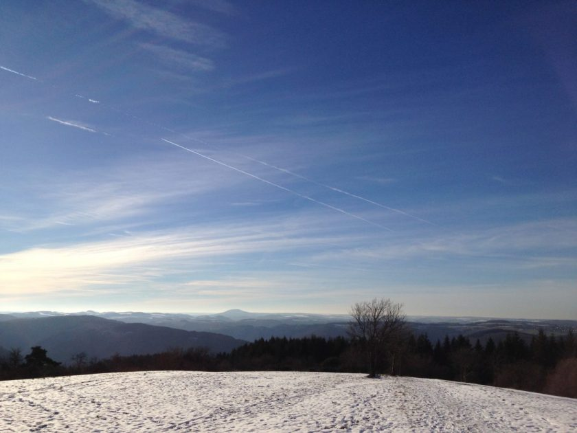 Hier steht ein Bild mit dem Titel: Panorama vom Steinerberg, Blick Richtung Aremberg (Foto: Hans-Joachim Schneider)