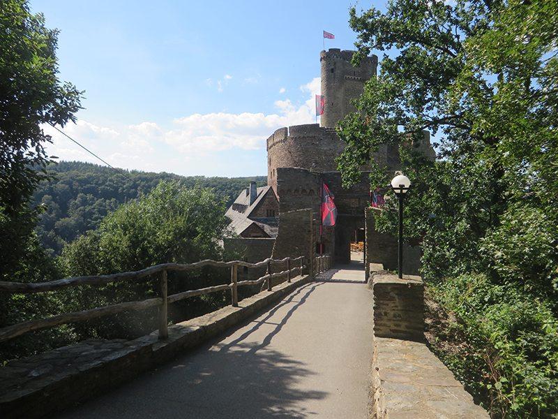 Nach anstrendem Aufstieg stehe ich vor der imposanten Ehrenburg (Foto: Hans-Joachim Schneider)