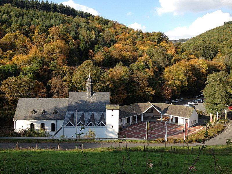 Eine Kirche im Tal, dabeben ein großer Platz für PIlger: die Andachtsstätte Maria Martental, hier allerdings von oberhalb aufgenommen